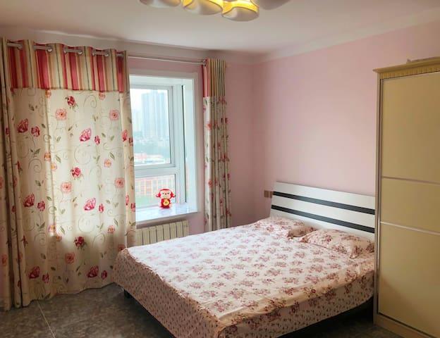 主卧室,大飘窗, 舒适的床铺,惬意的窗外, 引发无限遐想,快快来享受一下吧