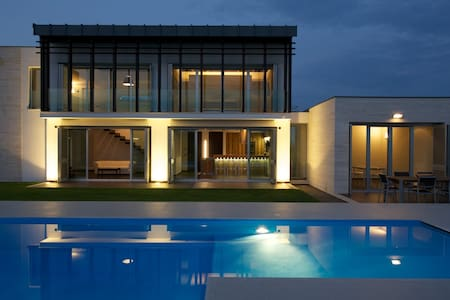 Modern villa with swimmingpool - Ortona (CH)