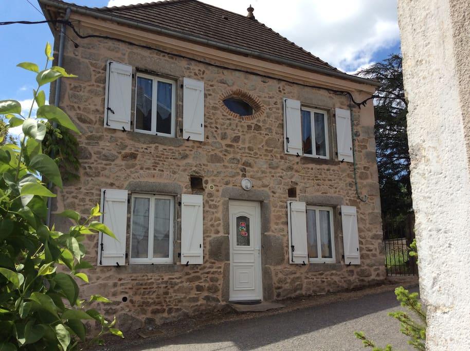 La maison a été construite sur le roc   au XVII° siècle.