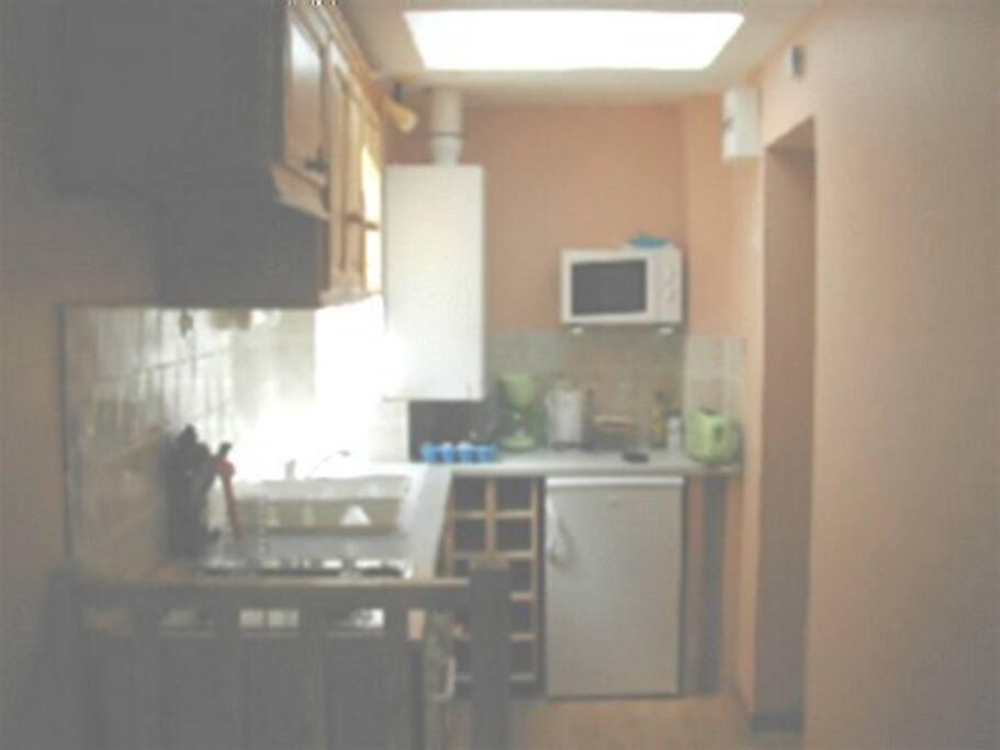 La cuisine avec tout le nécessaire pour cuisiner et lave vaisselle