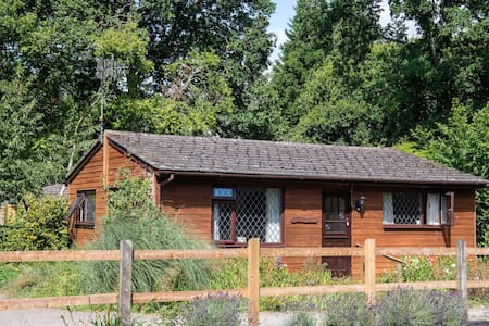 Warm, cosy, rural chalet 'Little Coppice'