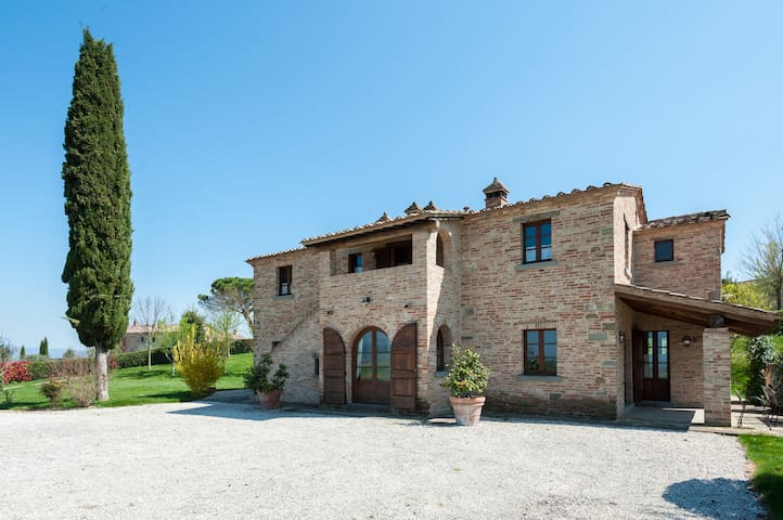 Luxury villa near Cortona