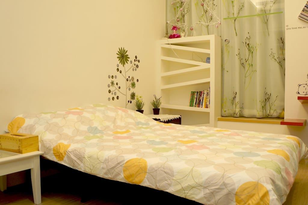 living room and sofa bed沙發床展開狀態及與和室隔開之門簾玻璃門