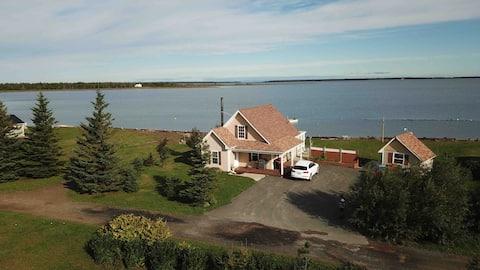 Chalet situé sur le bord l'eau/Beachfront Cottage