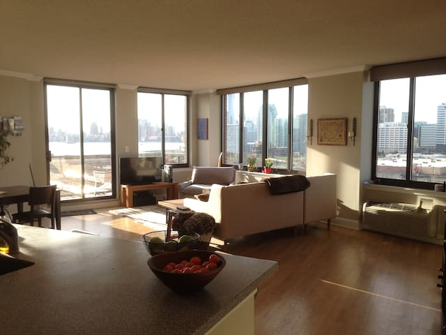 Skyline views, 15 min to NYC - Hoboken - Appartement