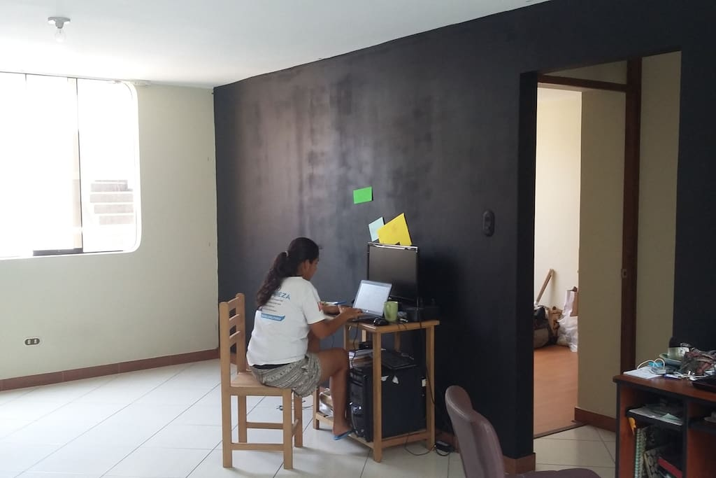 Sala con pared Pizarra / Living room with blackboard wall