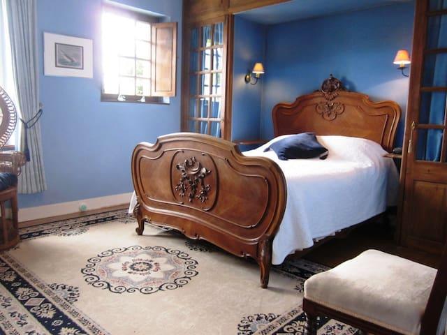 La Croix du Reh : Blue room - Châteauneuf-la-Forêt