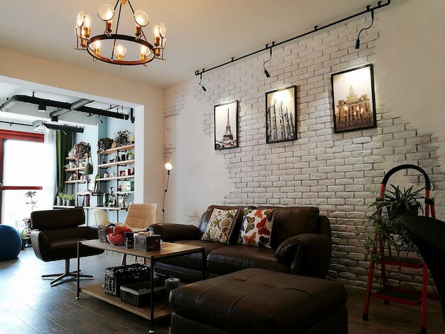 宽敞、舒适的客厅,在这里泡上一壶茶、冲上一杯咖啡,听听音乐享受静止的时光。