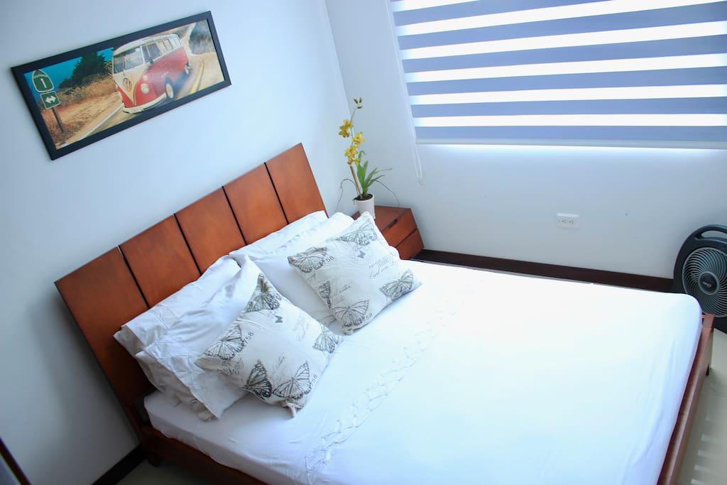 Acogedora habitación para que disfrutes de un espacio privado, limpio y ordenado después de descubrir la sucursal del cielo y toda su magia