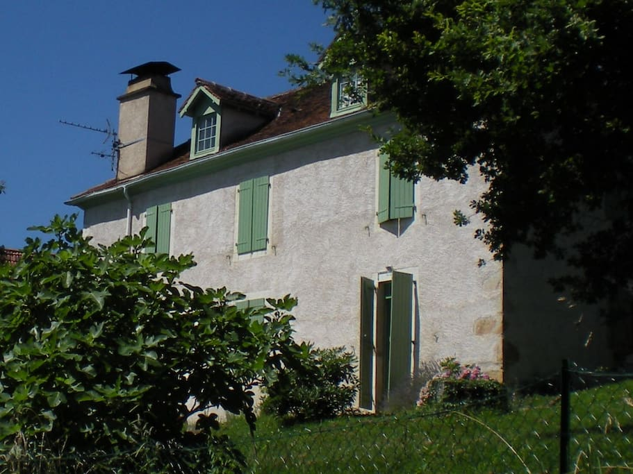 In 17th century farmhouse amidst vineyards of Jurançon under 10 minutes from central Pau.