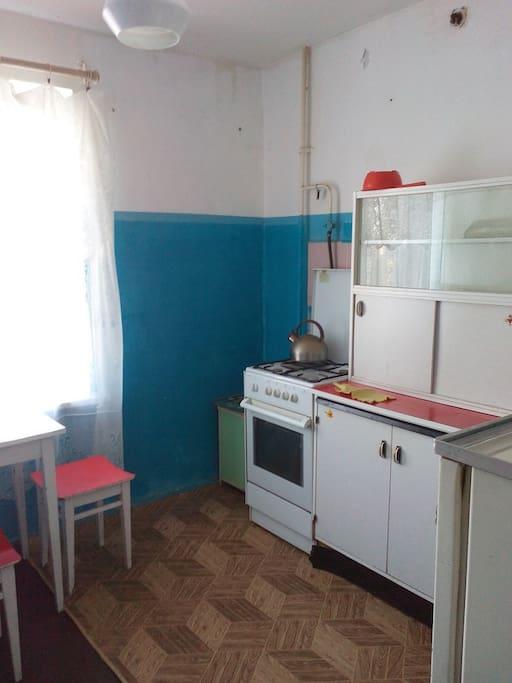 На кухне есть зона для приготовления и приема пищи