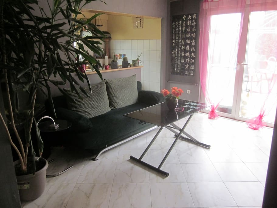 canapé-lit avec sa table-basse ajustable en hauteur