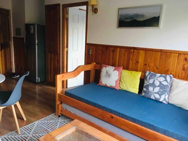 Zona de estar con cama de 1 plaza, capacidad para 1 personas y 2 sitiales.  Calefactor eléctrico.