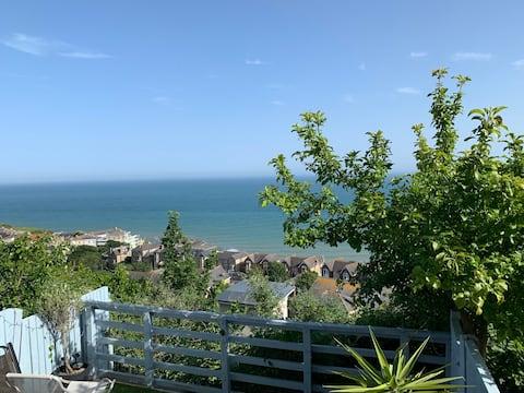 Stunning sea views, walk to Ventnor beach.