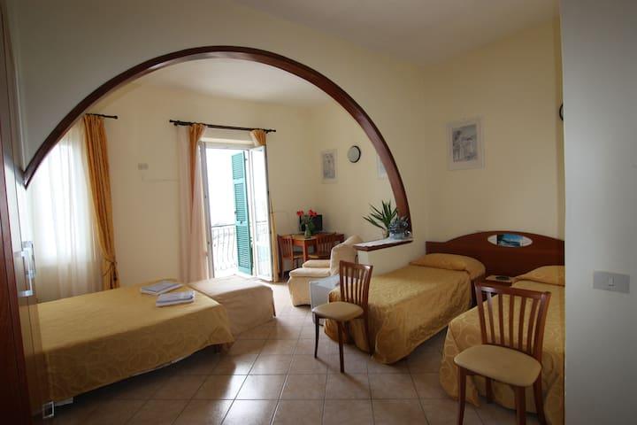 affittacamere con balcone e finestra sul mare n3 - Monterosso al Mare - Jiné