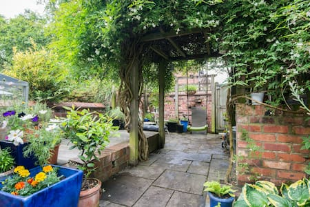 Cosy house+garden | Fab area | Manchester by tram