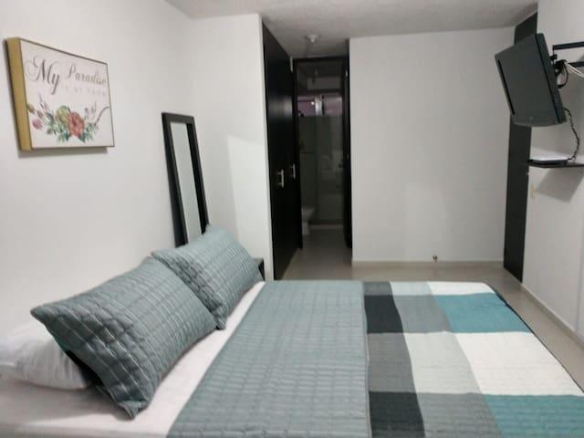 Habitación con baño privado, cerca a CC y clínicas