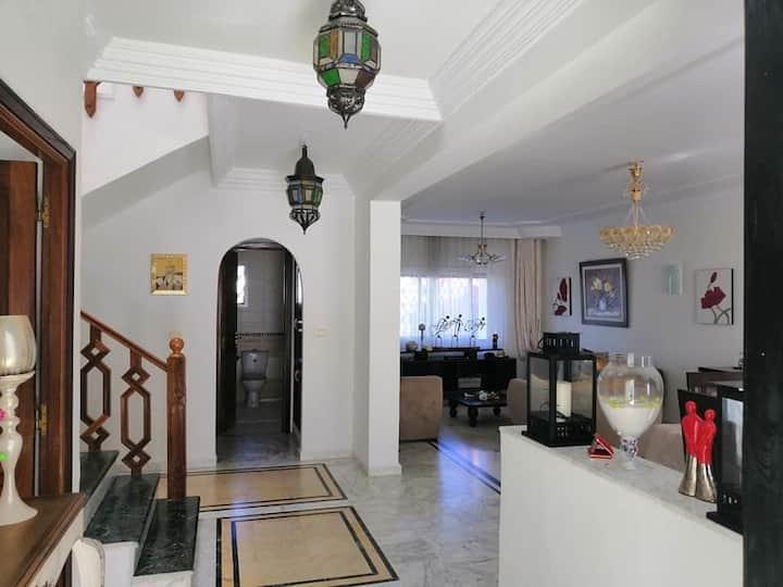 Villa avec piscine et cuisine aménagée