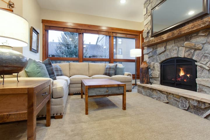 Recently remodeled condo close to the base area w/ shared hot tubs & firepit