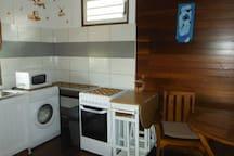 Lave linge, micro-onde, cuisinière avec plaques et four