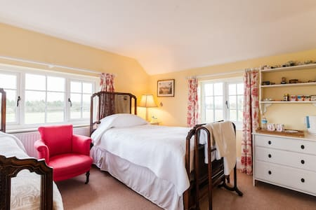 Twin room in lovely rural B&B with private shower - Wrexham - Bed & Breakfast