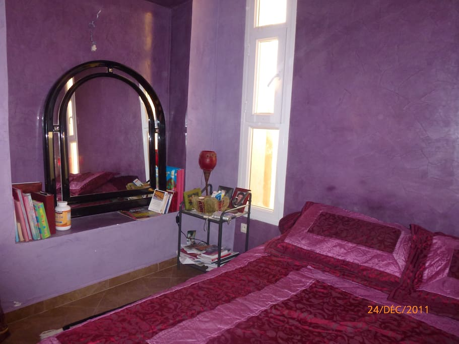suite violette ,avec salle de bain et dressing ,avec baie vitrée donnat sur le jardin