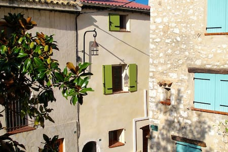2p dans village typique entre mer et montagne(06)