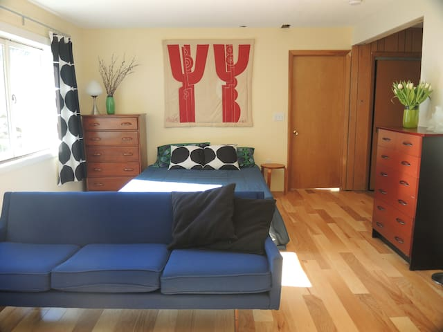 Beautiful bright bedroom with bath - South Hadley - Inap sarapan