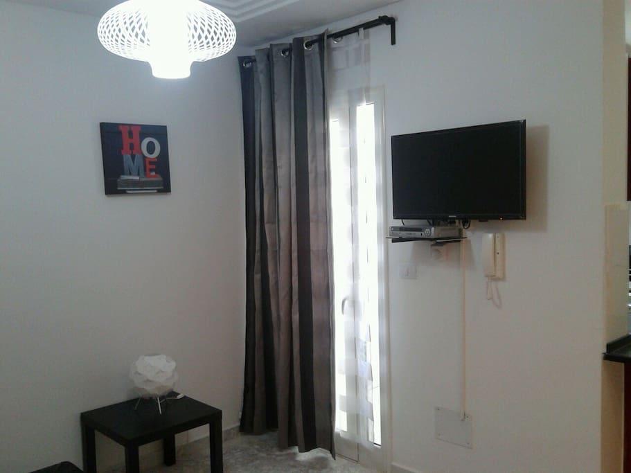 Salon avec télé en hauteur + recepteur suspendu afin de rendre la piece plus spacieuse