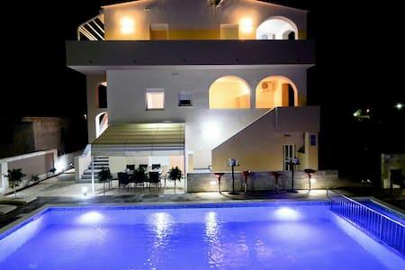 Lovly sunny apartment with pool - Privlaka - 公寓