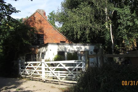 18th Century Cottage with views and walks - Battle