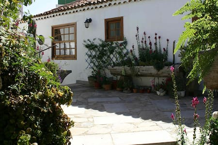 Charming Cottage + Courtyard, BBQ, Rooftop Terrace