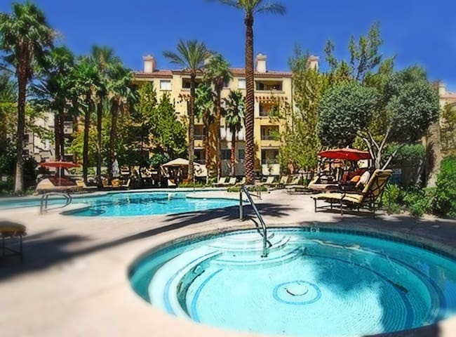 An oasis at 7 minutes walk from the Strip ambiance