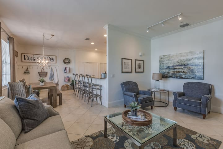 Open floor plan makes for great entertaining! Bedroom/bathrooms are on opposite sides of the common area, making it perfect for privacy.