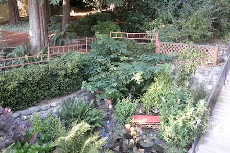 A Garden Hideaway in Sooke - Sooke
