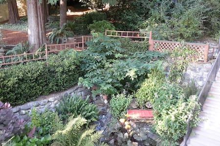 A Garden Hideaway in Sooke - Sooke - Aamiaismajoitus