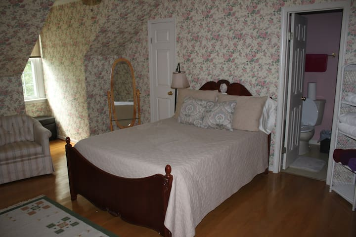 Manor House #1 Floral Room Full Bed Full Private Bath