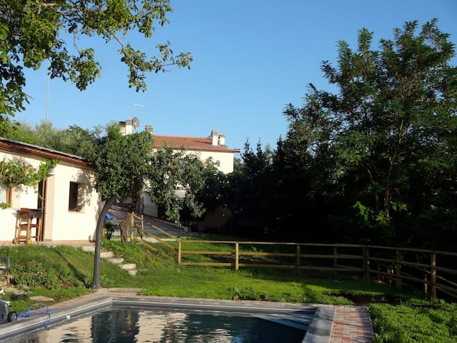 Romantic cottage over the pool... - Sogliano Al Rubicone - Dom