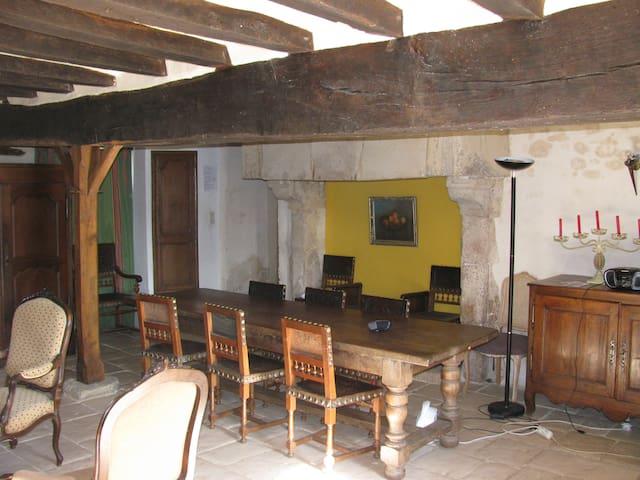 Gite dans l'aile d'un logis du XVIe - Daumeray - House
