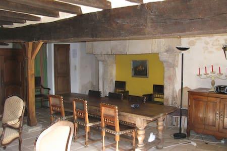 Gite dans l'aile d'un logis du XVIe - Daumeray