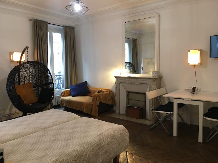 Grand salon de 25m avec cheminée et 2 lits