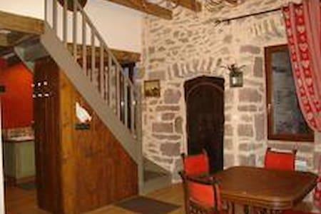 gîte 3* maison en pierre village - Escandolières