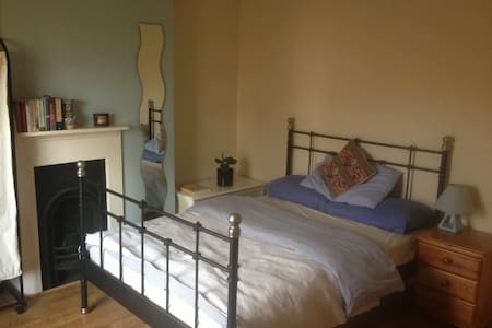 Sunny double bedroom - Toddington