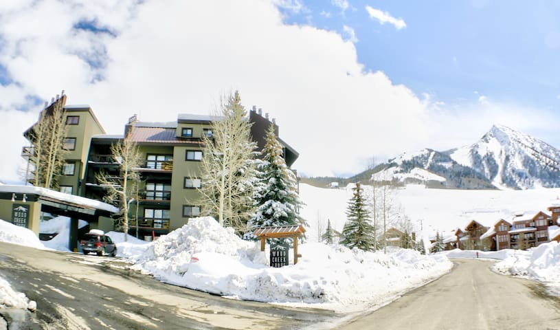Cozy mountain condo, located 100 yards from lifts
