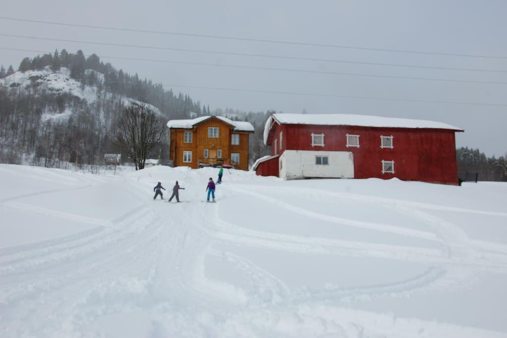 Fine ake- og skibakkar rundt tunet