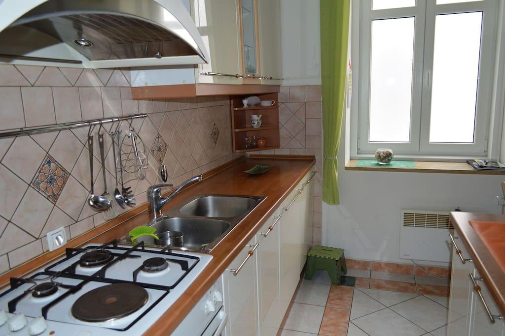 Fully equipped kitchen, stove, dishwasher, fridge