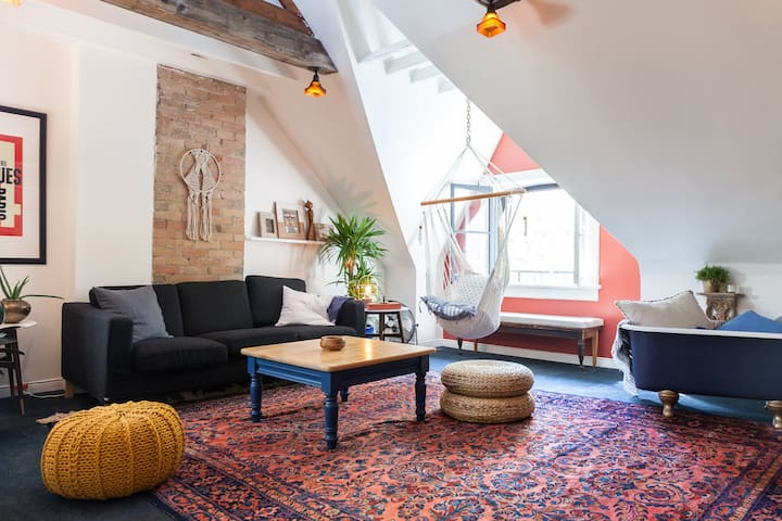 THE LAZY LOFT w 2 beds + parking in Leslieville