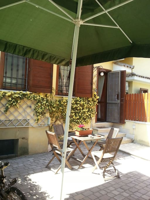 Giardino con tavolo e sedie e ombrellone  garden table seats and big umbrella