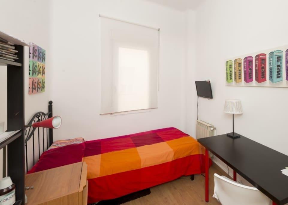La habitación destaca por sus cuadros y la combinación de colores. Elementos típicos de Londres e Italia decoran las paredes creando un espacio moderno y divertido. Si te gusta viajar te encantará esta habitación.