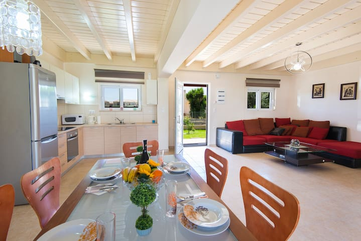 2 Bedrooms villa with pool, 300m from the sea (10)
